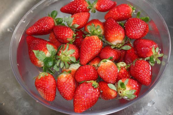 Lavando las fresas para preparar un pastel