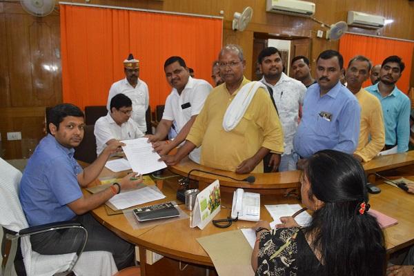 जातियों को अनुसूचित जाति प्रमाण पत्र जारी करने को लेकर मिला मछुआ समुदाय समाज का प्रतिनिधिमंडल मंडल।