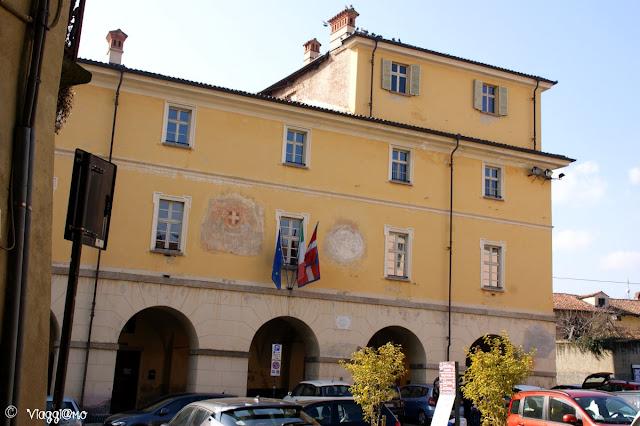 Il Palazzo del Municipio si trova nella Piazza del Conte Rosso di Avigliana