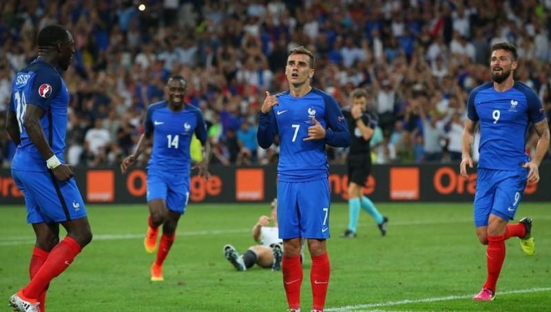 Antoine Griezmann (tengah) pencetak gol kemenangan Perancis