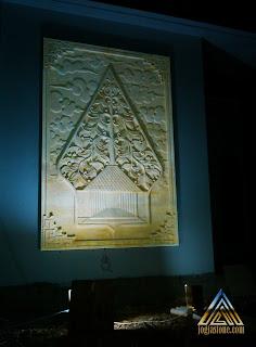 Relief batu paras motif kayon