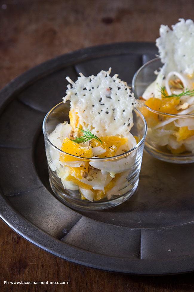 Foto di bicchierini con insalata di finocchi ed arance con cialde di pecorino