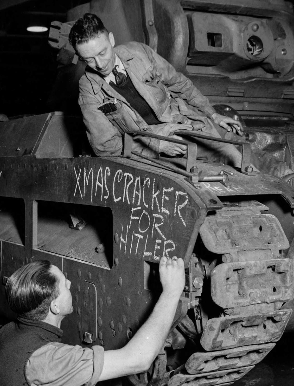 Los obreros de la fábrica británica dejan un mensaje para su adversario. 1941.