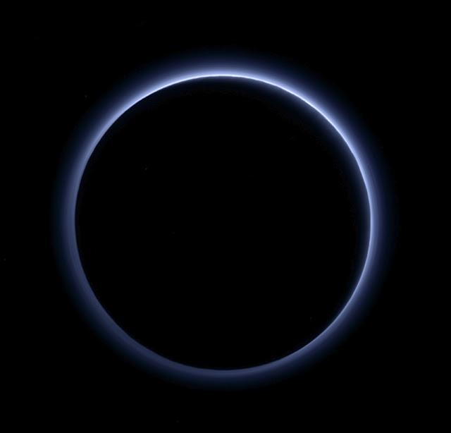 Plutão tem céu azul