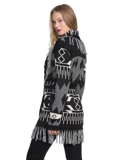 Casaco com faixa jacquard feito em tricô com ponto de jacquard e franjas na barra e decote