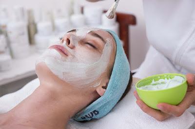 Comment exfolier la peau correctement et naturellement
