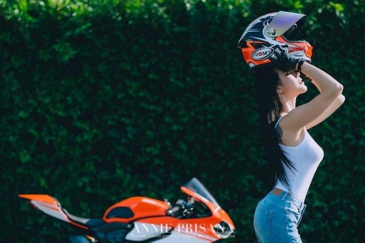 Nữ biker Prisana Panyasirinukul nóng bỏng làm lu mờ siêu mô tô Ducati