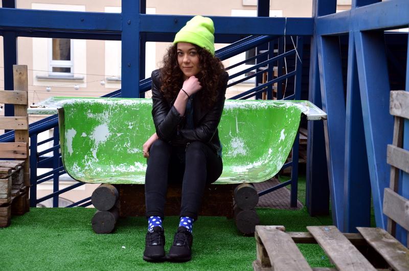 jak nosić kolorowe skarpetki, kolorowe skarpetki, hipster, niebostan, łódź, kolorowa czapka