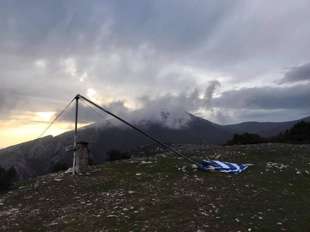 Ξάνθη: Κατέρρευσε η Ελληνική σημαία στην κορυφή του Αυγού [ΦΩΤΟ