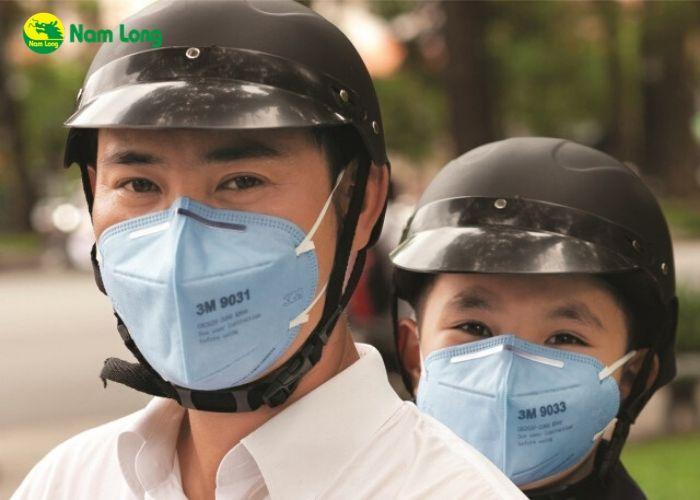 Đeo khẩu trang y tế và găng tay để phòng tránh vi rút corona