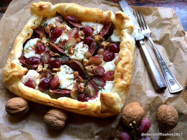 Blätterteig Galette mit Ziegenkäse, Feigen, Nüssen, Trauben, Speck und Thymian