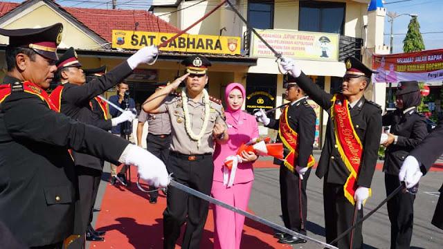 AKBP Muchammad Syafi Maulla SIK, MH Disambut Tradisi Pedang Pora Di Polres Purbalingga
