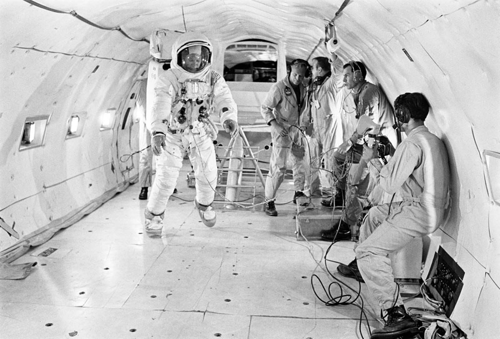 O astronauta Buzz Aldrin, totalmente adequado, recebe mais tempo de treinamento em condições parcialmente sem peso a bordo de um avião KC-135 da Base Aérea Wright-Patterson em 9 de julho de 1969. A gravidade da lua é cerca de um sexto da gravidade da Terra.