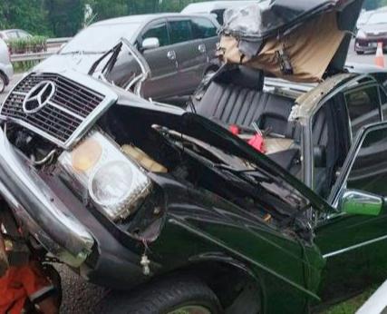 Polisi Evakuasi Korban Laka Lantas Di Tol Jagorawi, 1 Orang Tewas