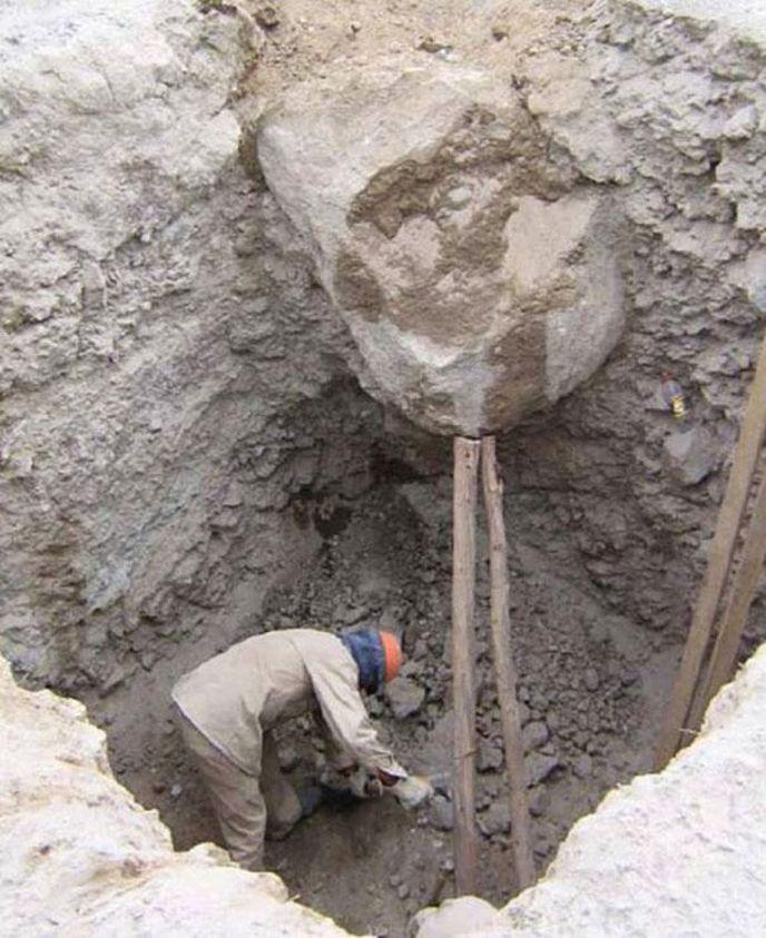 إحتمال سقوط حجر كبير على عامل أغبى العمال في العالم