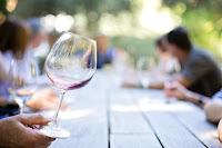Πώς βγαίνει ο λεκές κρασιού από τα ρούχα;