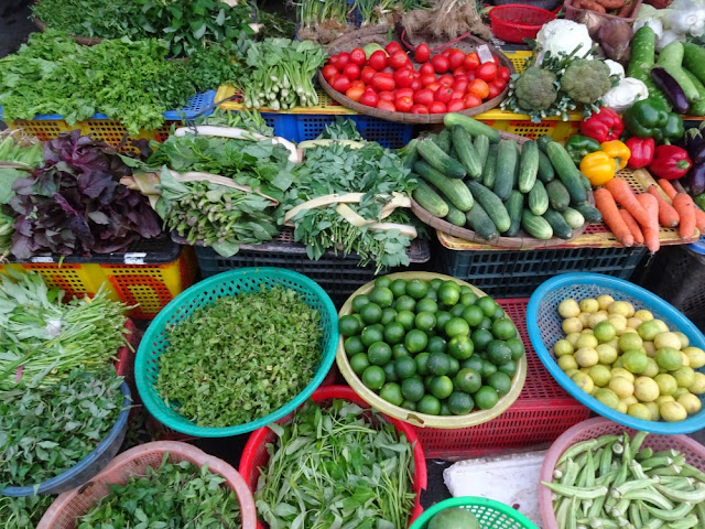 Verse groenten enkruiden op de markt in Vietnam