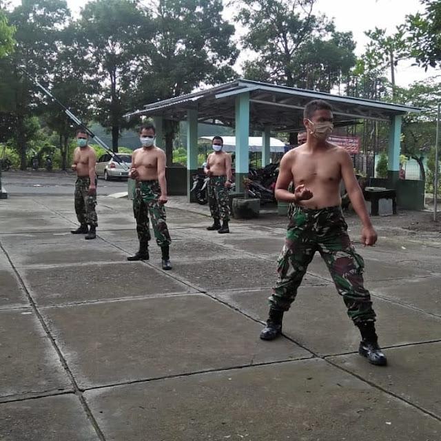 Tingkatkan Imun Tubuh Anggota Koramil Manisrenggo lakukan berjemur sambil latihan Bela diri Militer