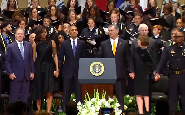 بالفيديو, شاهد جورج بوش يرتكب أكثر الأفعال حماقةً في العالم, و يغضب الأمريكيين