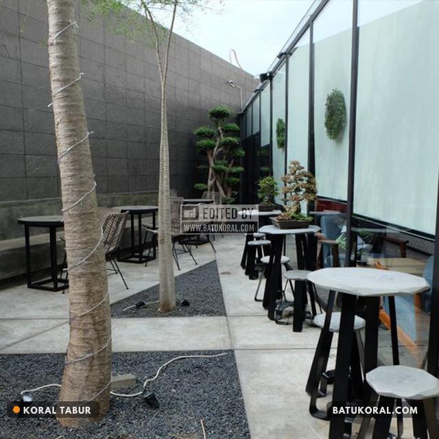 kafe unik dengan hiasan batu koral