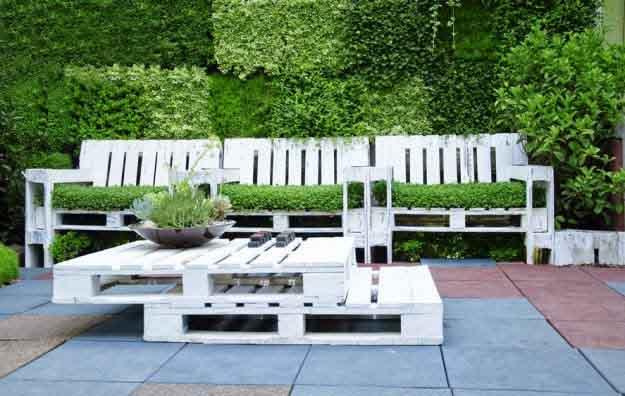 Progettare spazi verdi come costruire un salotto da - Divano giardino con bancali ...