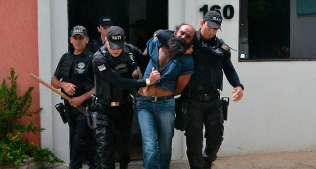 Acusado sendo conduzido pela Polícia Fotos: Alejandro Garcia