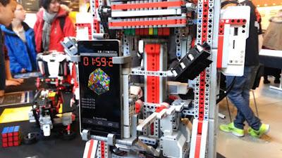 MultiCuber 999 adalah Robot yang mampu menyelesaikan rubik's cube 9x9x9