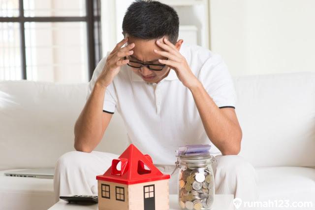 Pertimbangan Langkah Yang Dapat Diambil Saat Mengambil KPR Namun Sedang Sakit Parah  Menyaksikan harga rumah reguler yang makin naik naik seiring waktu berjalan, membikin tidak sedikit orang jadi tidak sanggup untuk beli rumah secara kontan di jaman saat ini.  Jalan keluar yang dapat dilakukan bila ingin selekasnya mempunyai rumah sekarang ini adalah lewat mekanisme KPR.  Dengan demikian anda akan makin dipermudahkan dalam soal proses pembayaran yang dapat diangsur sepanjang belasan tahun lama waktunya.   Kredit Kepemilikan Rumah (KPR)  Tidak boleh suka dahulu ya sesudah anda lolos mengajukan KPR.  Seterusnya anda harus pikirkan bagaimana triknya supaya risiko yang mungkin terjadi hingga membuat anda tidak mampu bayar dapat dihindari.  Misalkan saja mendadak sakit kronis, siapa uga yang ingin sakit kronis.   Namanya bencana dapat tiba kapan pun, dimanapun dan ke siapa.  Jadi anda harus mempertimbangkan beberapa hal semacam itu sepanjang perjalanan pembayaran angsuran KPR sedang berjalan.  Tiap permasalahan tentu ada jalan keluar terbaik.  Terhitung keadaan di mana beberapa pemilik KPR sedang sakit kronis.  Lalu jalan keluar apa yang dapat dilaksanakan bila pemilik KPR sedang sakit dan tidak sanggup kembali bayar angsuran KPR itu?  1. Konsultasikan dengan Pihak Pemberi Pinjaman  Langkah pertama kali yang dapat dilakukan dengan lakukan diskusi dengan faksi pemberi utang.  Anda dapat bercerita persoalan yang anda rasakan sedetil kemungkinan.  Bila perlu lampirkan beberapa bukti document maupun bukti digital sebagai penguat supaya faksi pemberi utang dapat memercayai keadaan yang anda alami.   Umumnya kalau sudah demikian, karena itu faksi pemberi utang akan menemukan jalan keluar terbaik untuk permasalahan yang anda menghadapi.  Apa lagi permasalahan itu bukan bermain-main yaitu sakit kronis.  Pasti faksi pemberi utang juga punyai peraturan yang berdasar ke perikemanusiaan dan empati.   2. Meminta Kemudahan Pembayaran Cicilan Ke Pihak Pemberi Pinjaman  Langkah ke-2 yan