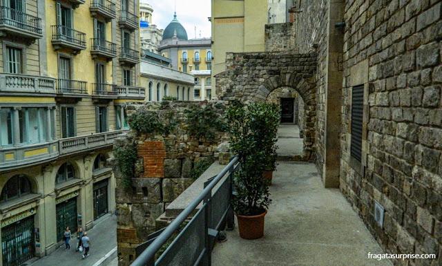 passagem sobre as muralhas do Palácio Real de Barcelona