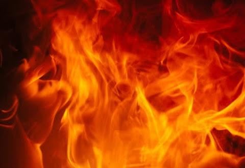 Lelocsolták kerozinnal, majd felgyújtották a kamaszlányt a társai