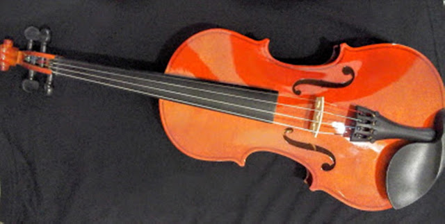 A imagem mostra o violino um dos instrumentos musicais que a nova geração usa muito para passar o tempo juntos cantando.