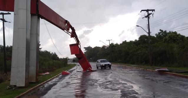 Caminhão caçamba derruba parte do portal na entrada da cidade de Pitanga