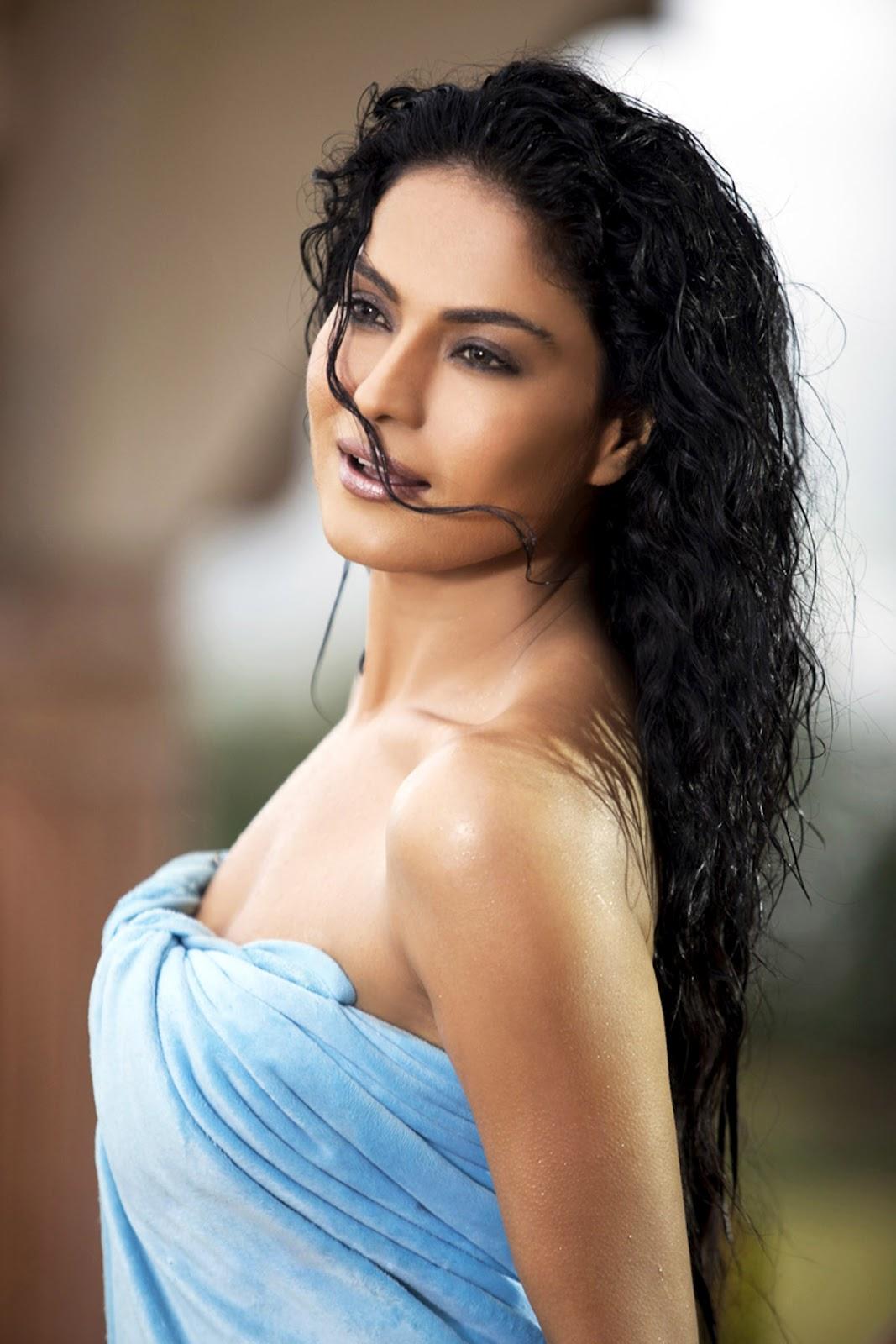 Hot In Water : Bollywood spicy girl veena malik hot towel expose cleavage