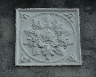 Золотоноша. Квітка-барельєф на фасаді ветеринарного технікуму