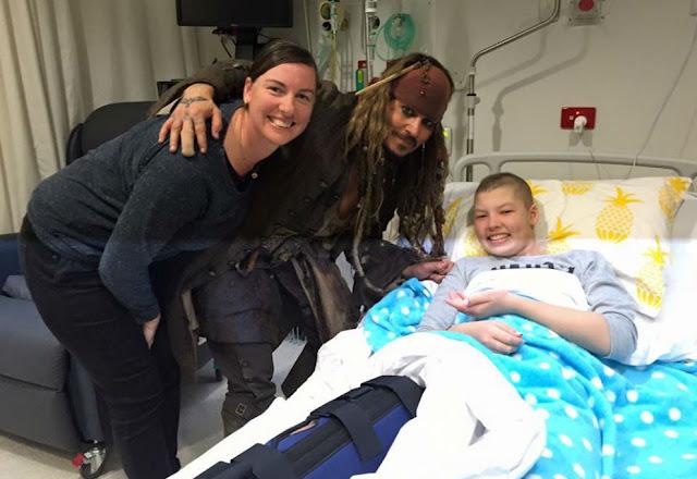 Johnny Depp visitó a jóvenes en hospital vestido como Jack Sparrow Johnny-Depp-2