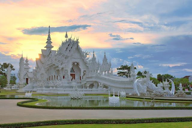 Wat Rong Khun thường được gọi là White Temple (chùa Trắng), đây là ngôi chùa nổi tiếng bậc nhất của Thái Lan. Bất kể thời điểm nào trong năm, cổng vào của ngôi chùa cũng luôn tấp nập du khách từ khắp nơi trên thế giới.