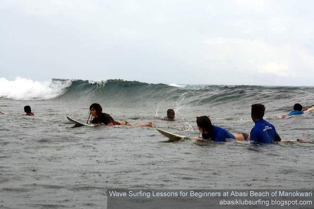 Wisatawan Spanyol saat menikmati selancar air di Pantai Abasi Manokwari