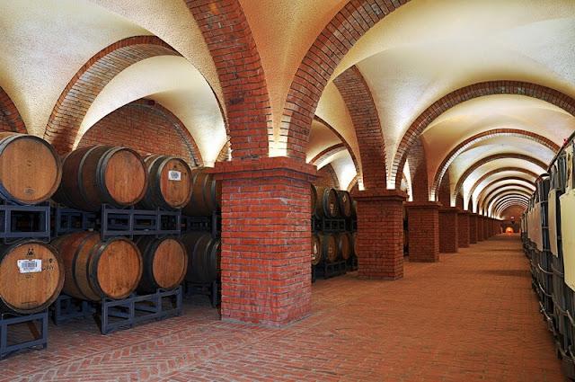 Đứng trên hành lang của lâu đài, du khách thưởng thức từng ngụm rượu vang từng cơn gió biển thổi nhè nhẹ mang đến cảm giác lâng lâng và dễ chịu. Bước vào tầng hầm du khách sẽ thấy cảm giác cực kỳ ấn tượng với hàng trăm thùng gỗ sồi được sắp xếp thành hàng, nuôi ủ hương vị rượu đạt đến độ ngon nhất. Nếu như vang trắng được bảo quản bởi nhiệt độ quy định 11 độ C, thì vang đỏ nhiệt độ phải cao hơn là 17 độ C.