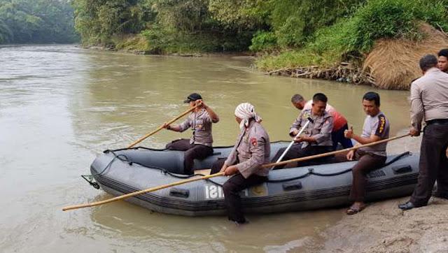 Polisi sedang menyisiri Sungai Bah Tongguran untuk mencari keberadaan korban yang hanyut.