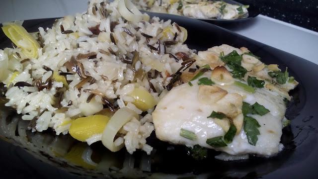Merluza al horno con guarnición de arroz salvaje con puerros.