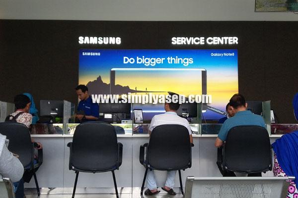SERVICE CENTER: Para konsumen sedang berurusan dengan Service Center, setiap orang berbeda maksud dan tujuannya   Foto Asep Haryono