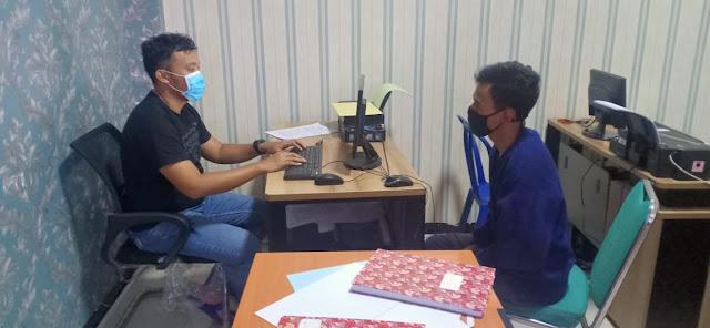 Polisi memeriksa tersangka yang diduga pengedar sabu di Mapolres Pandeglang, Kamis (06/08/2020).