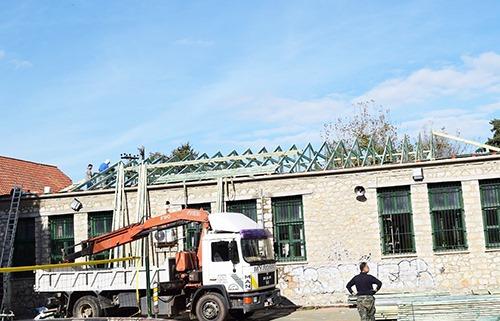 Αντικαθίσταται η στέγη του Δημοτικού σχολείου Καλλιθήρου μετά από σχετική πρωτοβουλία της δημοτικής αρχής Καρδίτσας