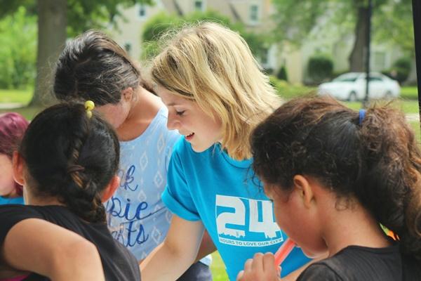 Mulher fazendo trabalho voluntário - como colocar trabalho voluntário no currículo
