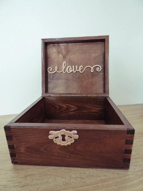 wnętrze pudełka ozdobione napisem ze sklejki