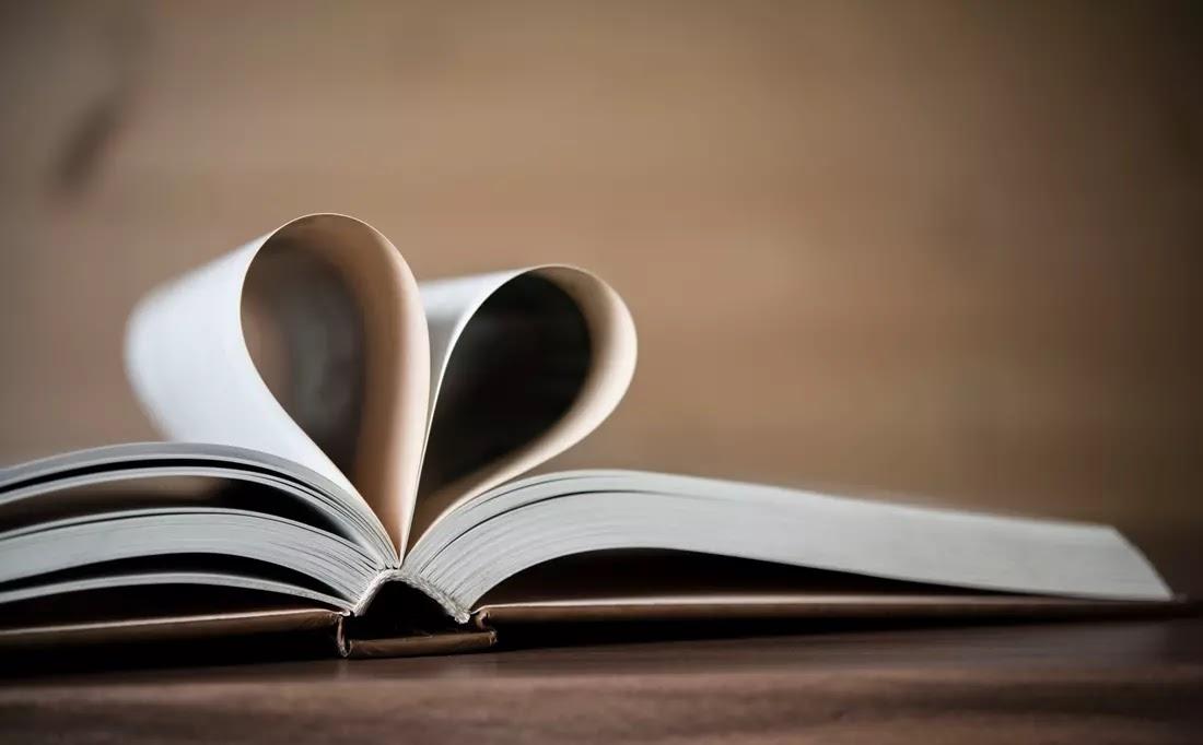Livro com paginas formando um coração
