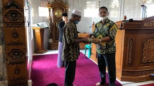 Anggota DPRD Kota Padang Budi Syahrial Serahkan Bantuan Rp15 Juta untuk Masjid Nurul Ihsan
