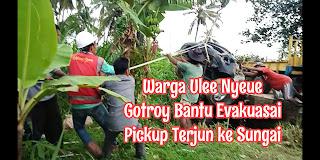 Warga Ulee Nyeue Bantu Evakuasi Pickup Dari Sungai