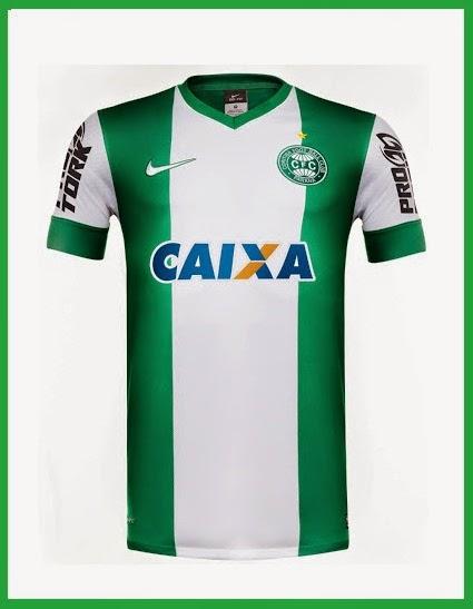 ... a camisa número 2 do Coritiba vem com duas listras verdes na vertical  nas extremidades da camisa e com uma faixa branca bem ao centro 8edc982b526be