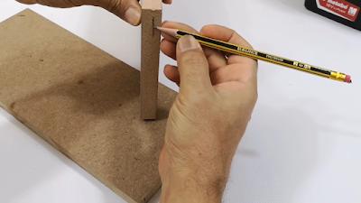 تنصيف خط بالقلم الرصاص على لوح خشبي